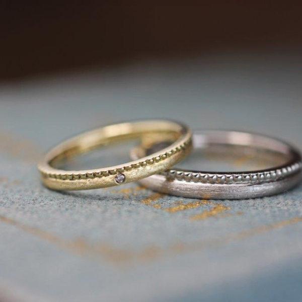 片側ミルグレインとスターダストマットを組み合わせたゴールドとプラチナの結婚指輪