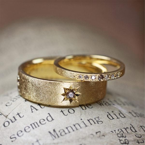 ブラウンダイヤを星のデザインで留めたマット加工のゴールドの結婚指輪