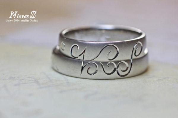 結婚指輪を重ねてNとSとハート模様をつくったオーダーリング