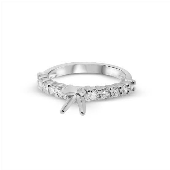 ダイヤを留める爪は、小さく、少なく