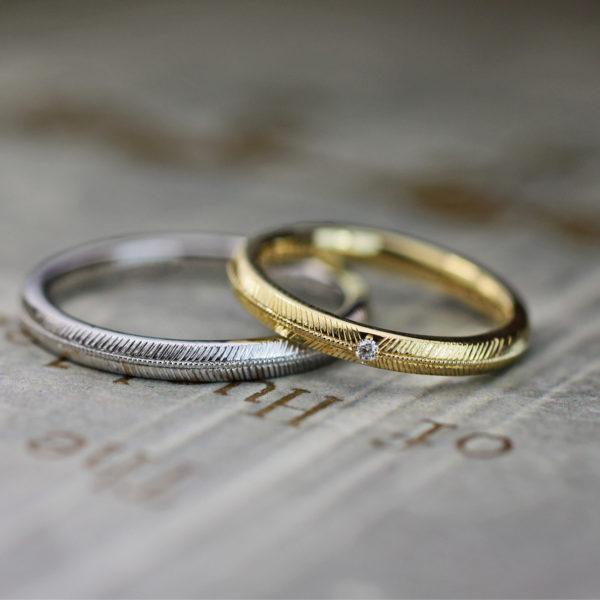 ミモザの模様を入れた細いゴールドとプラチナのオーダー結婚指輪