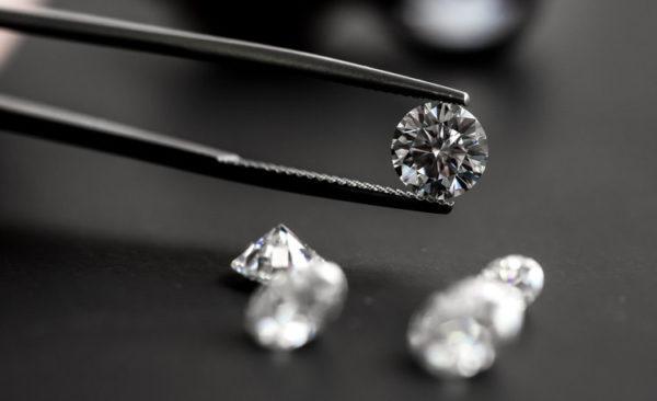 人工ダイヤモンドで価格を抑えた婚約指輪をオーダーメイドする