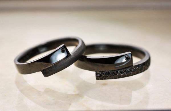 ブラックゴールドとブラックダイヤで結婚指輪を個性的にオーダーする