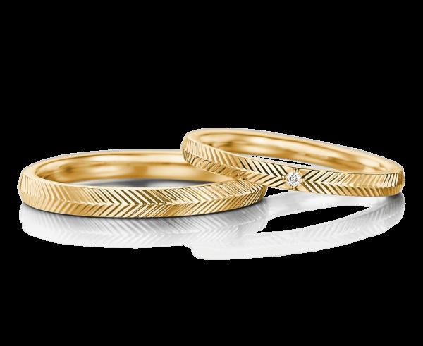 リング一周に機械で線を入れたゴールドの結婚指輪