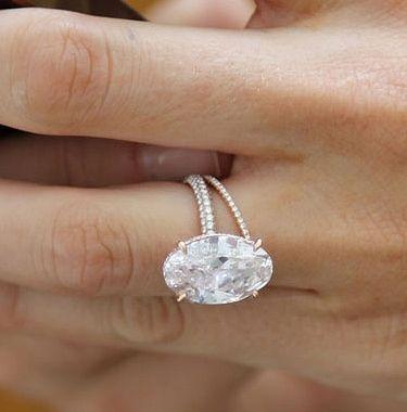 オーバルカットのダイヤを使ったシンプルな婚約指輪