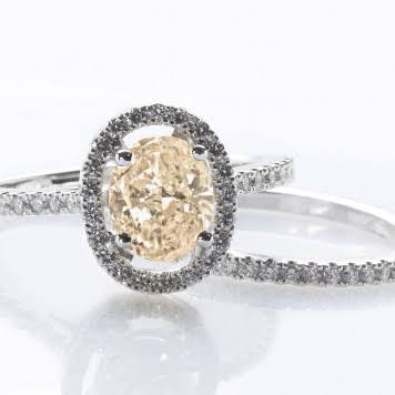 カラーダイヤの婚約指輪