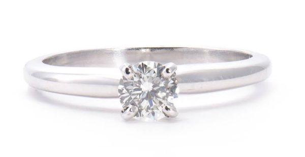 4本爪の婚約指輪