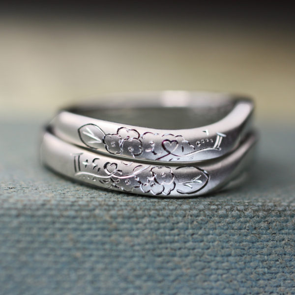 花と天使の羽がウェーブした結婚指輪にデザインされたオーダー作品