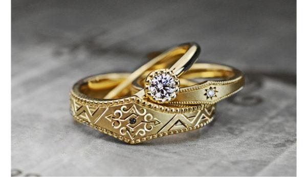 婚約指輪&結婚指輪をアートに多彩に表現する・ビンテージデザインのゴールドリングにアート柄を入れた