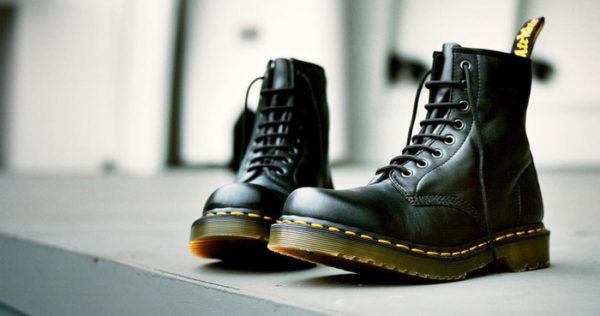 、靴底を一周するように施された  ステッチが印象的なデザインのドクターマーチン