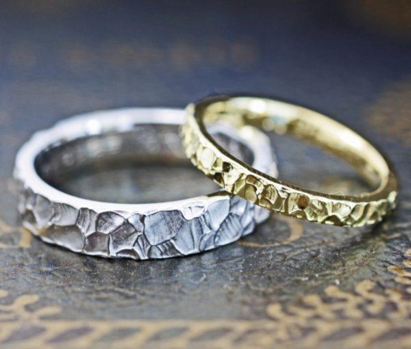 クロコ風テクスチャーで仕上げたゴールドとプラチ  ナのオーダーメイド結婚指輪
