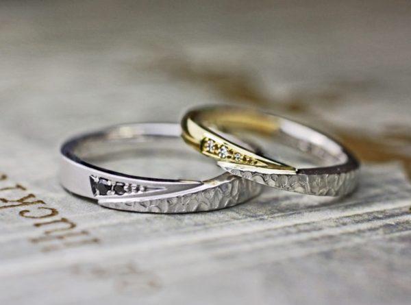 ラチナとゴールドのコンビデザインの結婚指輪  テクスチャーとブラックダイヤでスタイリッシュに