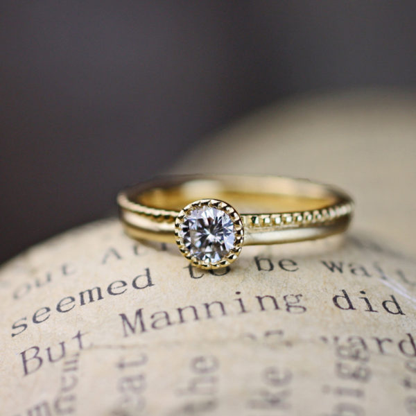 ミルグレインをゴールドの婚約指輪に入れたオーダーデザインの作品