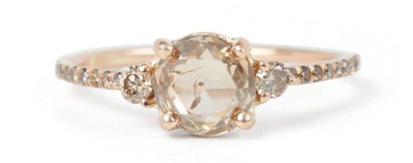 色がより明るいシャンパンダイヤモンドも  あり、下の写真を見るとわかるように、シャンパ  ンダイヤモンドはリングにセットされると、