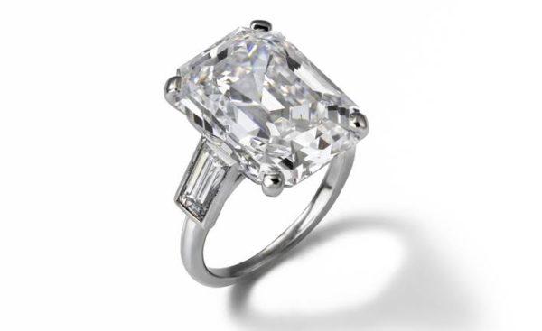 レーニン公がカルティエにオーダーメイドでつくらせた、  10.47カラットのエメラルドカットのダイヤモンドリング