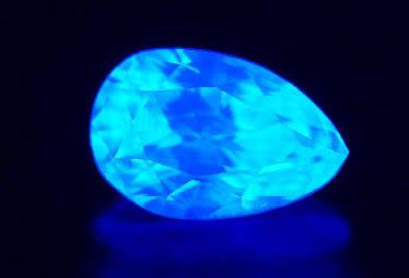 一般的に蛍光性とは、目に見えない紫外線にさらされた時に放つ青白い光を指します