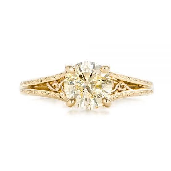 シャンパンカラーダイヤはゴールドやピンクゴールドとの相性がよくオフフォーマルなデザイン