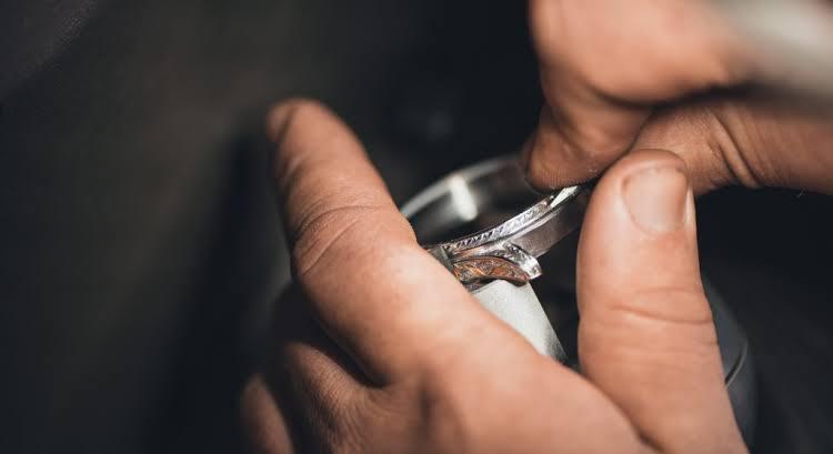 ヨーアンドマーレでは、リングに入れる模様の多くは、ハンドメイドの手彫りで行います。
