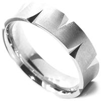 リングの両エッジから切れ込みのパターン模様が一周入った指輪