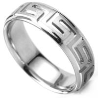 浮き上がるパターン模様がリング一周に入ったデザインの指輪
