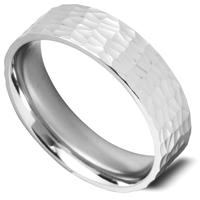 平らなリングに、細かくて浅いツチメのパターン模様が入った指輪