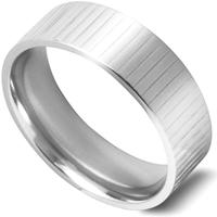 平らなリング一周にわたり、細い縦ラインが無数に入った指輪