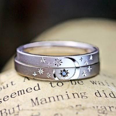 月と星の世界をふたりの結婚指輪にデザインした15のオーダ