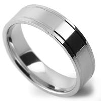 平らなリングの両サイドにラインを入れた、鏡面仕上げの指輪