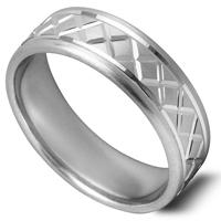 平らなリング一周にわたり、彫柄のパターンが入った指輪