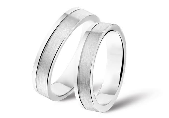 対象的にシルバーの指輪はプラチナやゴール  ドに比べて耐性は劣ります。