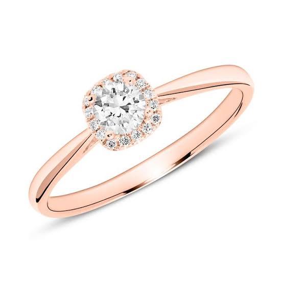 何の金属で婚約指輪をオーダーするか