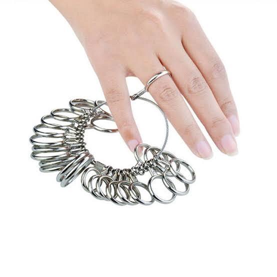 リングゲージを受け取り結婚指輪の正確なサイズを測る