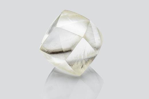 カットを施される前のダイヤモンドの原石
