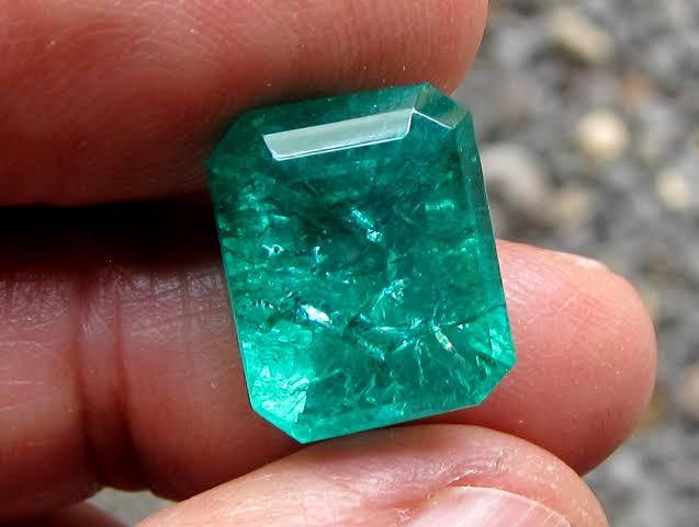 エメラルド鉱山で掘り当てて一攫千金!宝石ビジネスの裏がわ5つの話