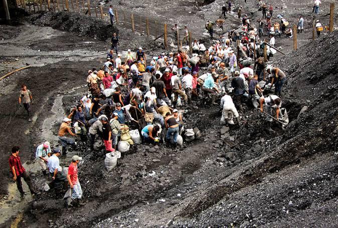 ムゾー鉱山でエメラルドの採掘をするおびただしい数の人、人、人  です。