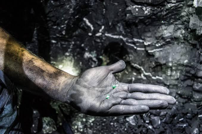 コロンビア、ムゾー鉱山では、多くの人が手を出して、エメラルドを見せに来る