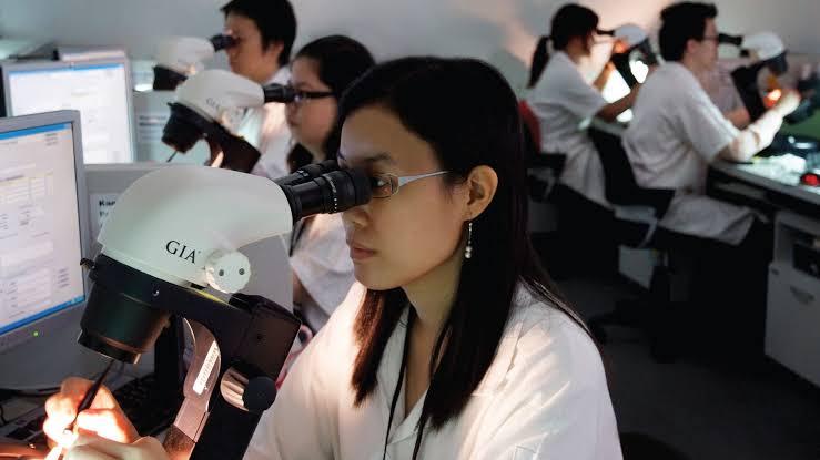 鑑定士は顕微鏡を使い、宝石商はルーペを使う
