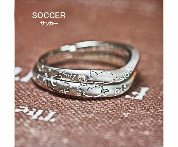 サッカーをするネコのカップルの結婚指輪
