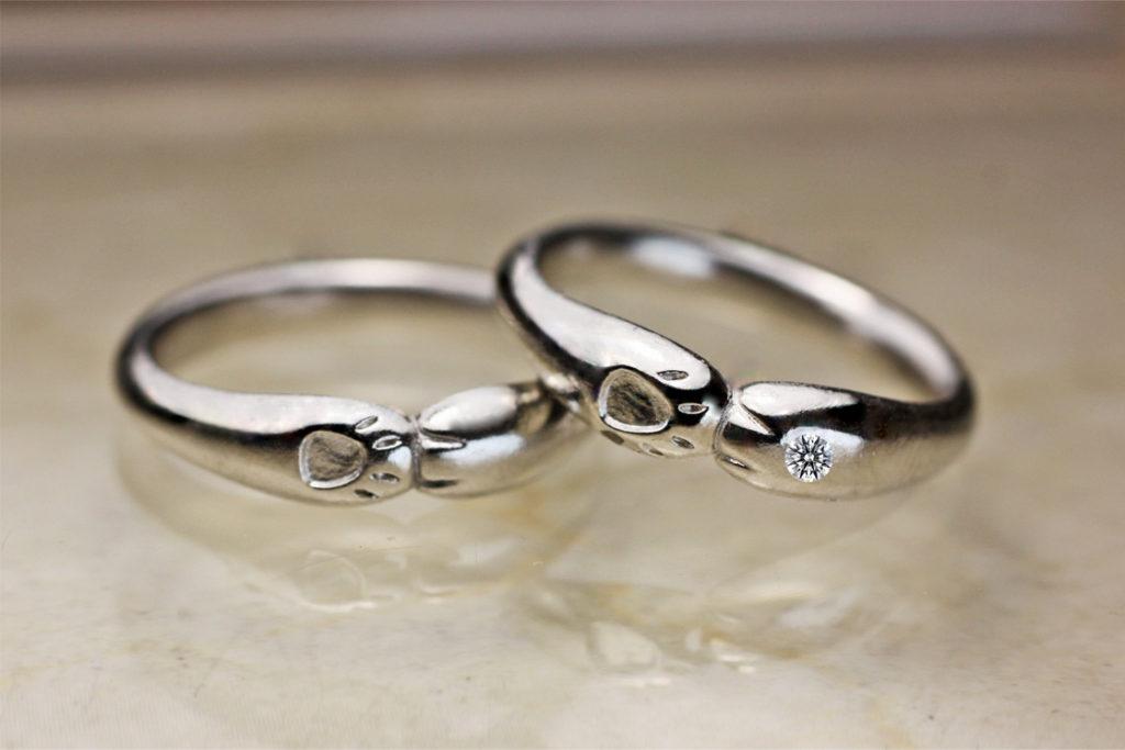 ネコの結婚指輪の手の甲にダイヤモンドをセットしたもの