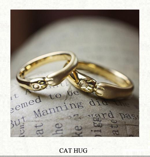 薬指がネコの手でハグされている様なゴールドの結婚指輪オーダー作品
