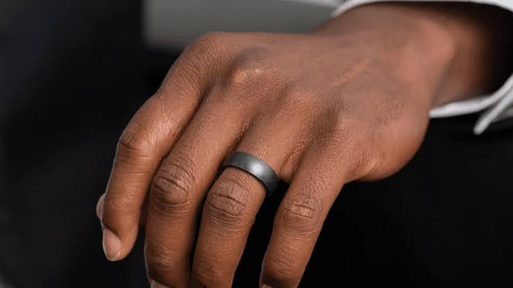 指に結婚指輪を着けた自然な状態の時につけ心地を感じる