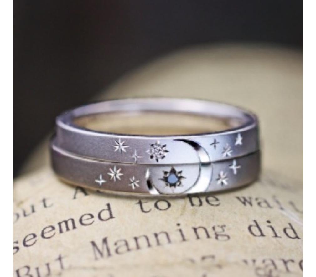 結婚指輪を重ねて表と裏に月と太陽の模様を入れたオーダーリング >>
