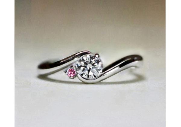 ピンクダイヤモンドを添えた婚約指輪