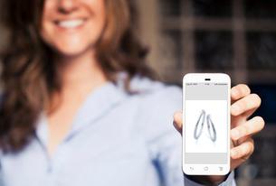 スマートフォンで希望する指輪の画像を見せる
