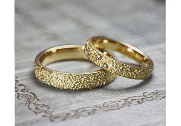 キラキラ光るレモンシュガーをデザインしたゴールドの結婚指輪