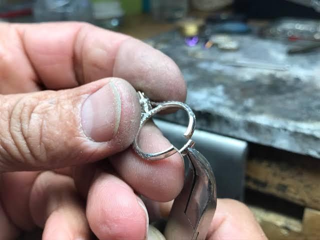指輪のサイズを大きくする場合には、ある 場所を切って金属を加える作業が必要にな ります。