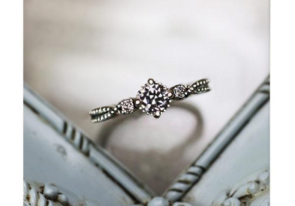 不思議の国のアリスをモチーフにしたプラチナの婚約指輪コレクション