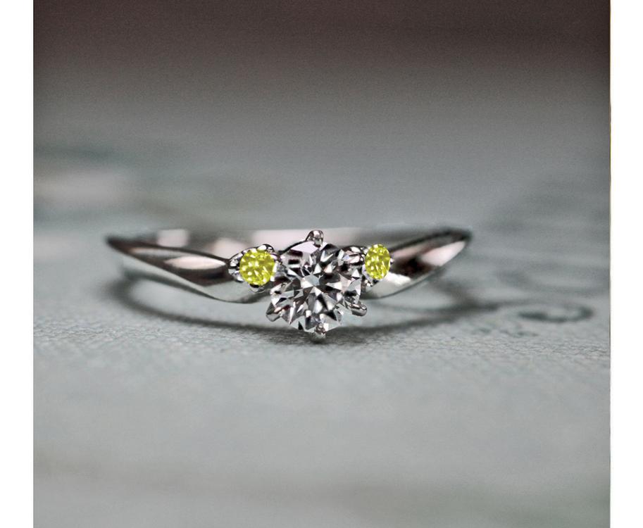 婚約指輪の両サイドのダイヤモンドを  イエローダイヤモンドにする