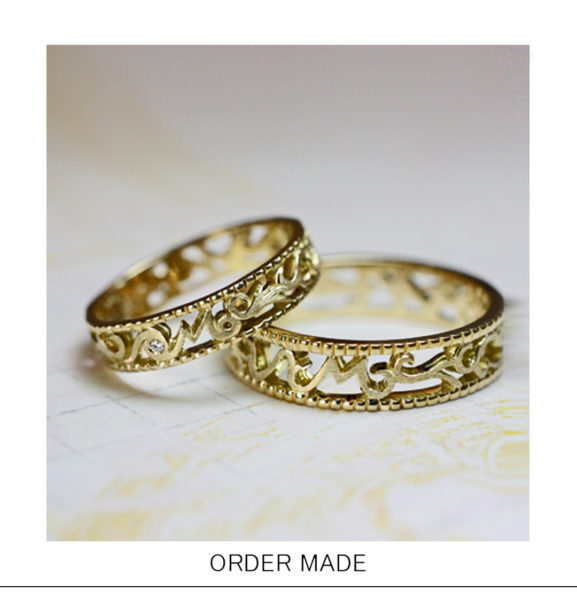【イニシャルM】を【透かし模様】でデザインしたゴールド結婚指輪