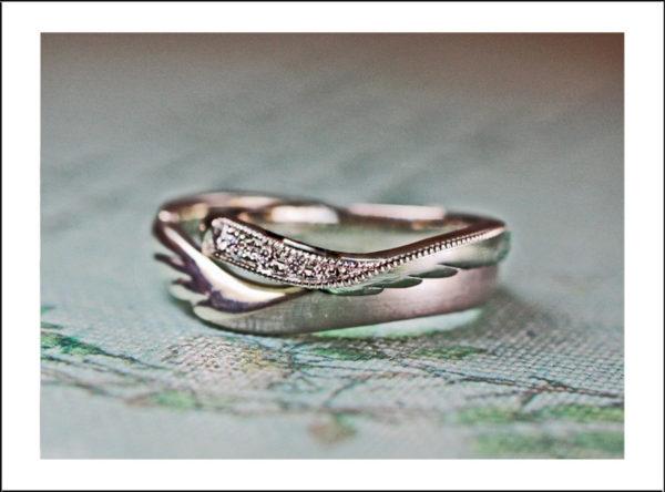 天使の羽モチーフの結婚指輪にダイオやモンドを留めたオーダーリング